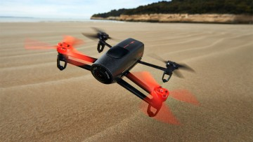 Drones: cuadricóptero Parrot con cámara incorporada en pleno vuelo.