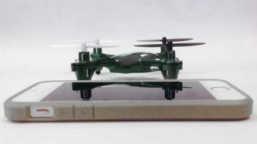 Nano drones comparados con el tamaño de un teléfono celular.