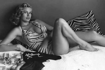 La rubia sueca Anita Ekberg en traje de baño.