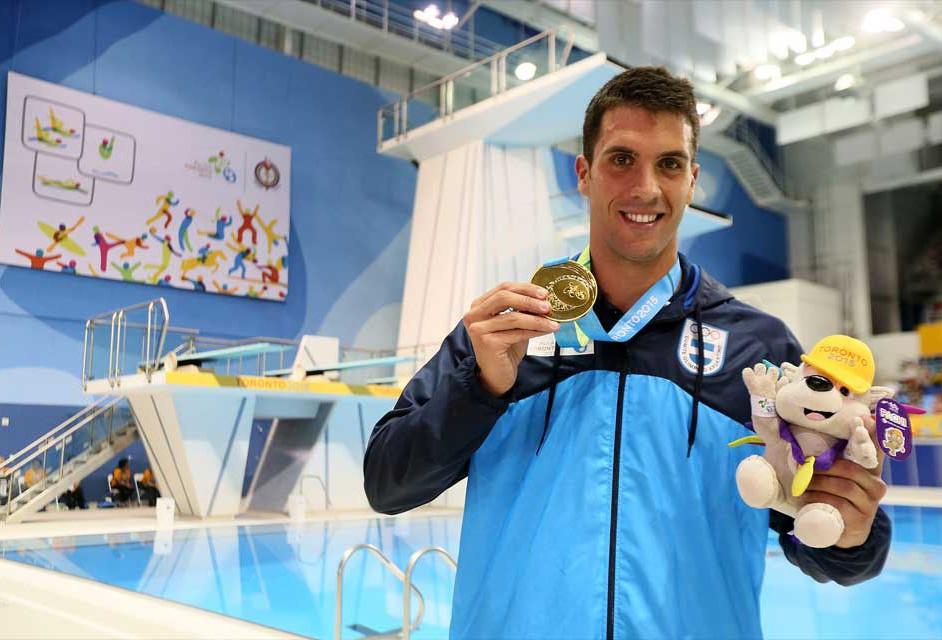 El casildense Federico Grabich, medallas de oro y plata en natación.