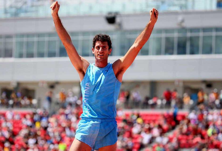 Germán Chiaraviglio, medalla de plata en salto con garrocha.