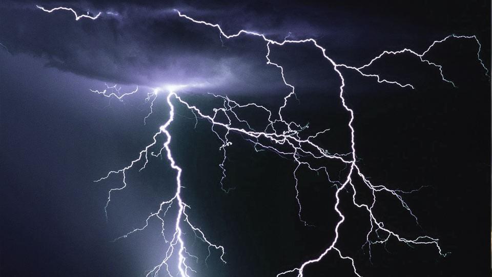 Tiempo, clima y RSE bajo la lupa: rayos durante una tormenta de El Niño.