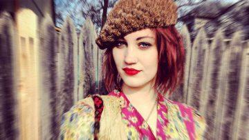 Una chica vintage luce una mezcla ecléctica de estilos pasados.