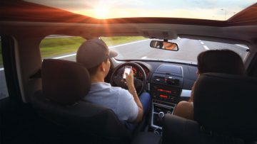 RSE tecnológica: cada vez más conductores leen la pantalla de su celular mientras manejan.