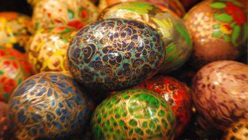 Huevos de pascua decorados según la tradición ancestral.