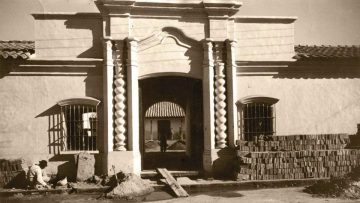 La Casa de doña Francisca Bazán de Laguna durante la restauración de Mario José Buschiazzo.