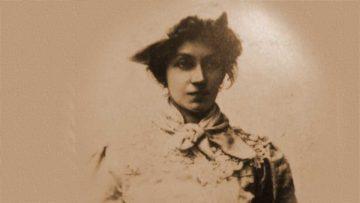 La fascinante Lola Mora en ropa de fajina.