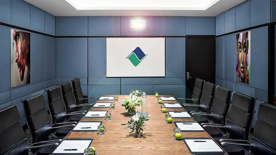 Gestión y planificación de eventos: sala de reuniones para una convención corporativa.