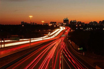 Los efectos de la vida en las ciudades sobre la naturaleza humana: autopista urbana.