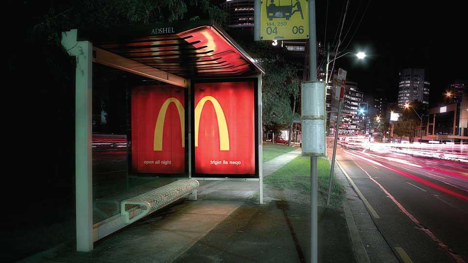 Cartel de MacDonald's en refugio del transporte público.