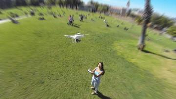 Drones con control remoto intuitivo en vuelo sobre un usuario.