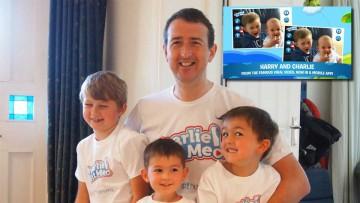 Howard Davies-Carr con sus hijos Charlie, Jasper y Harry.