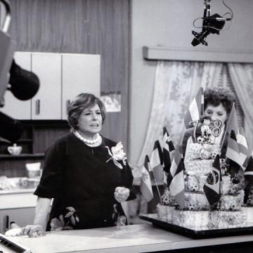 Doña Petrona C. de Gandulfo y la fiel Juanita en TV.