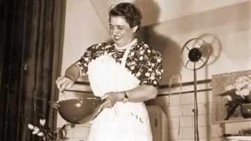 Doña Petrona C. de Gandulfo con las manos en la masa.