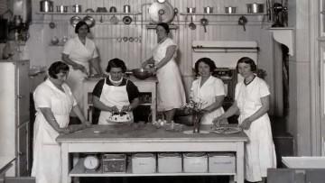 Doña Petrona C. de Gandulfo en la cocina.