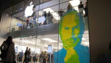 Apple Store con una imagen de Steve Jobs hecha con Post-it de colores.