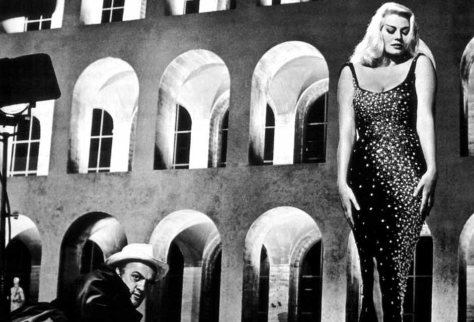 """El director y su musa en una locación exterior de """"La Dolce Vita""""."""