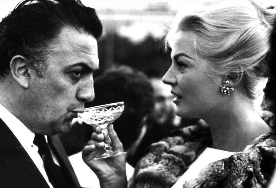 Federico Fellini y Anita Ekberg durante una fiesta en Cannes.
