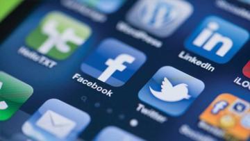 Facebook en el centro de la pantalla de los dispositivos móviles.
