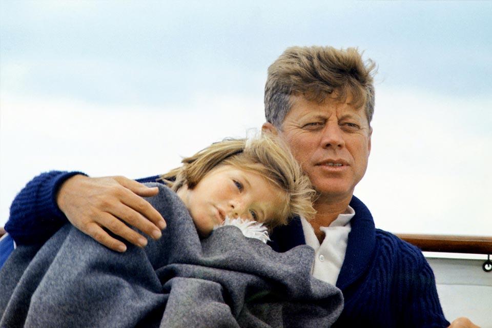 Caroline Kennedy y su padre en agosto de 1963.