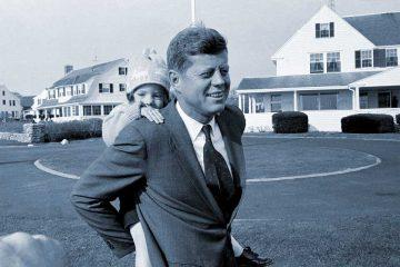 La pequeña Caroline Kennedy a la grupa de su padre JFK.