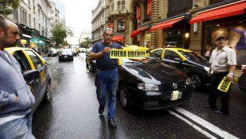 Uber versus taxis: una pelea que no deja márgenes para el error.