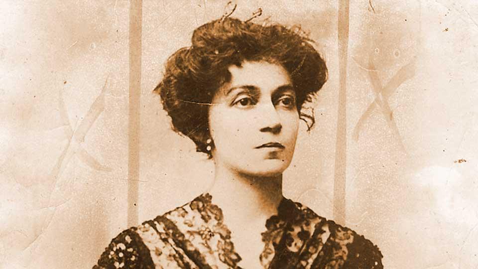 Sensual y fascinante Lola Mora.