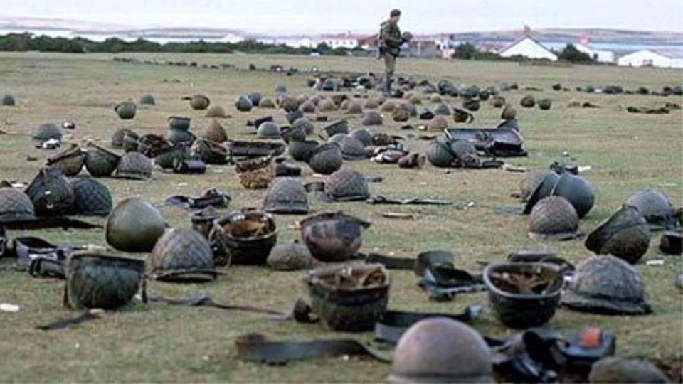 Dramática imagen de las inmediaciones de Puerto Argentino (Puerto Stanle)y donde yacen cascos y restos del equipamiento de soldados argentinos luego del final de la guerra de 1982.