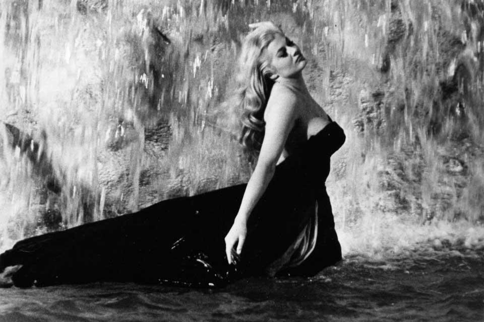 """Anita Ekberg en """"La Dolce Vita"""". Toma de la Fontana de Trevi."""